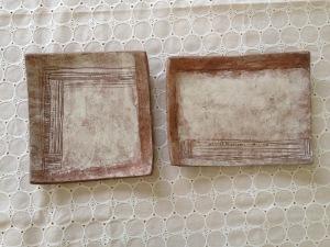 四角皿-白い壁と木模様